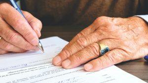persoon die handtekening zet